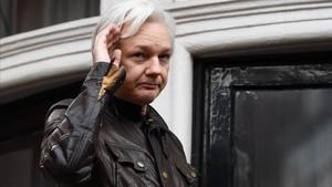 Imagen de archivo de Julian Assange en una comparecencia ante lo smedios en elbalcón de la embajada de Ecuador en Londres en febrero del 2018.