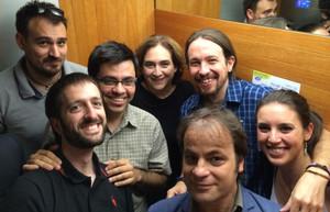 Imagen colgada por Pablo Iglesias en sucuenta de Twitter del encierro en un ascensor en el Ayuntamiento de Barcelona, junto a Ada Colau y miembros de su equipo.