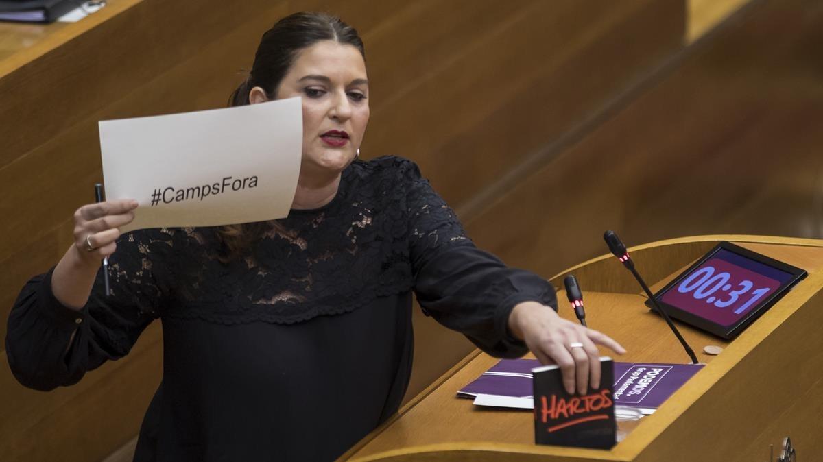 En la imagen la diputada de Podemos, Fabiola Meco, mostrando un cártel contra Francisco Camps.
