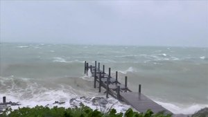 Imagen tomada de un vídeo que muestra la llegada del 'Dorian' a las Bahamas, este domingo.