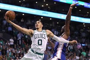 Jayson Tatum, de los Celtics, lanza a canasta ante Joel Embiid en el segundo partido de la serie