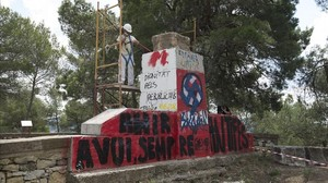 La retirada del monolito franquista este martesen Gandesa (Terra Alta).