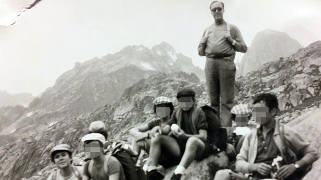 Foto de mosén Llagostera durante la excursión de 1972 al Pirineo de Lleida, Joan Maria Ramon, de monaguillo, abajo a la izquierda.