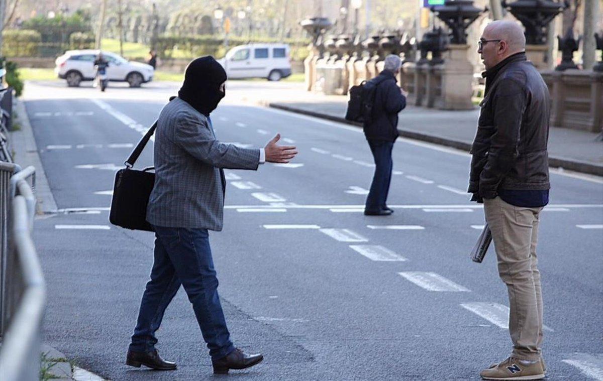 JoaquimBenítez tiende la mano a Manuel Barbero, que rechaza devolverle el saludo, este martes frente a la Audiencia de Barcelona.