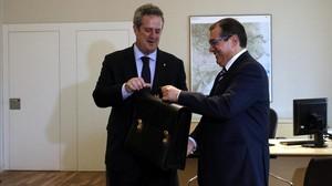 Jordi Jané traspasa la cartera al nuevo conseller de Interior, Joaquim Forn, el pasado viernes.