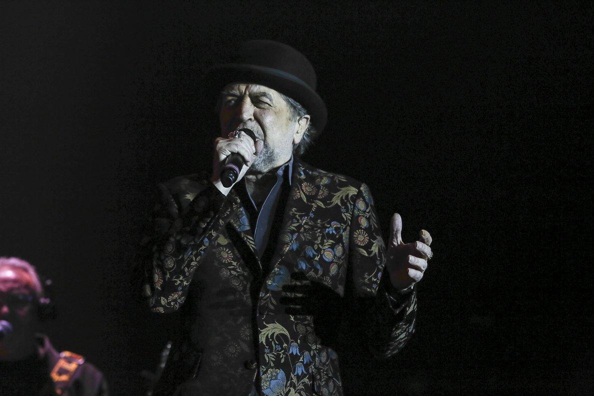 Joaquín Sabina en un concierto con Joan Manuel Serrat.