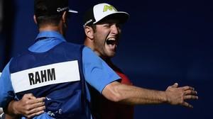 Jon Rahm celebra con su cadi el último tiro que le dio el título en San Diego.