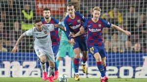 De Jong y Griezmann tratan de recuperar el balón en el duelo liguero contra el Levante.