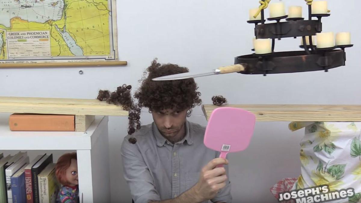 Joseph usando una de sus máquinas para cortarse el pelo.
