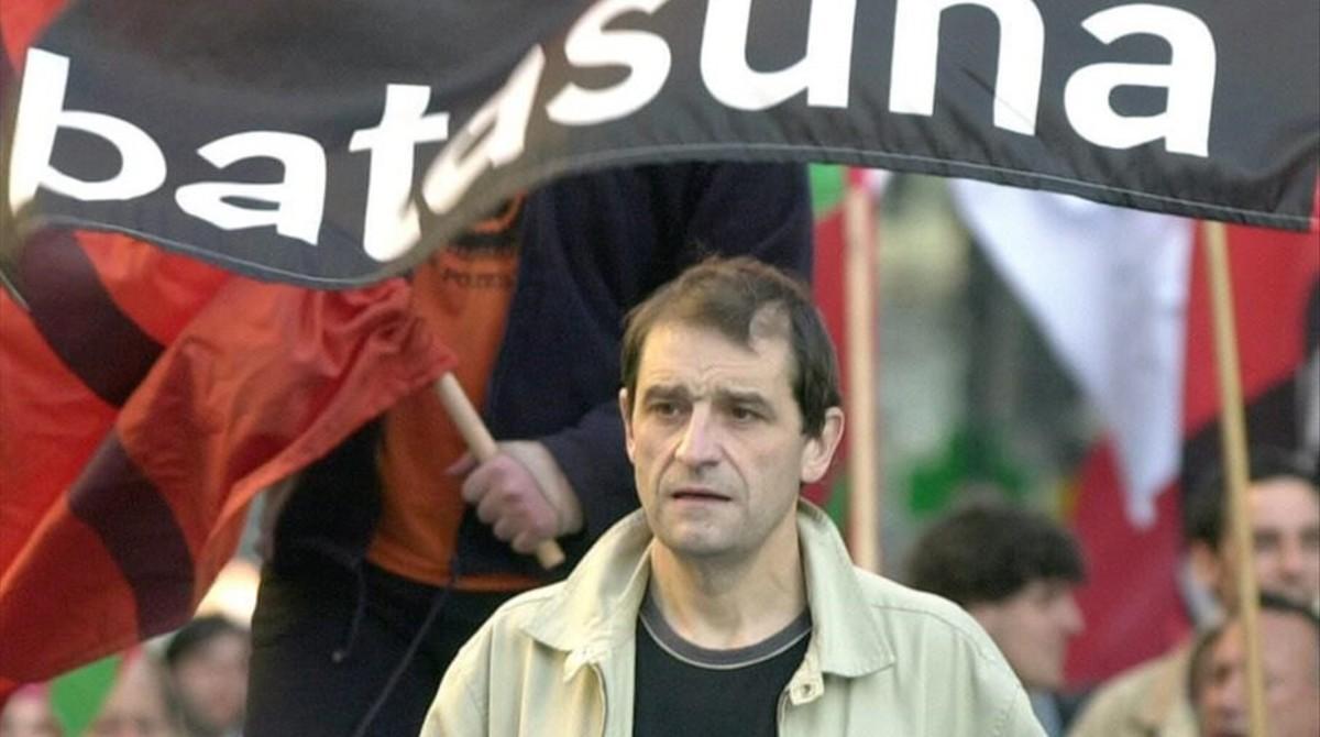 Josu Ternera, en una imagen de abril del 2002, en Bilbao, el día en que el juez ordenó su detención por un atentado en la casa cuartel de la Guardia Civil de Zaragoza en 1987.