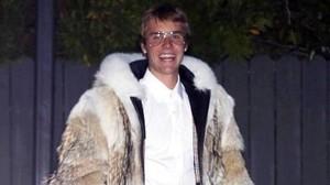 Justin Bieber pasea por las calles de Los Ángeles con un abrigo de piel de coyote.