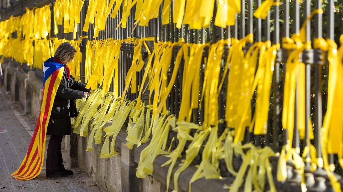 El fiscal no veu delicte en els Mossos que van identificar 14 persones que van treure llaços grocs