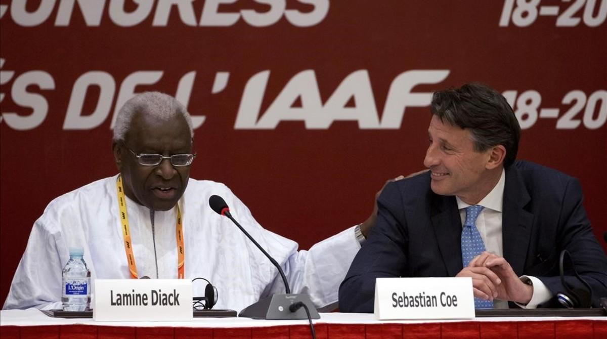 Lamine Diack, expresidente de la IAAF, con el actual, Sebastian Coe (derecha).