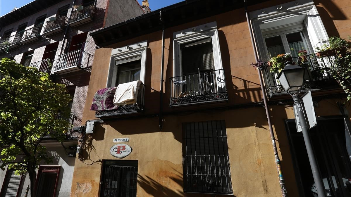 Narcopiso de la calle Olivar. Los narcokupas han sacado un colchón en el balcón y otros objetos, probablemente afectados por una de las frecuentesplagas de chinches