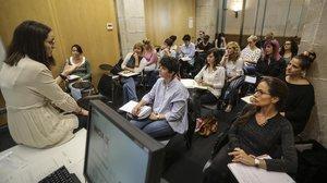Un grup de dones participant en una classe del programa Iniciade lescola de dones Lidera.