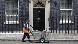 Un limpiador de calles afuera de 10 Downing Street en Londres miércoles 31 de julio de 2019