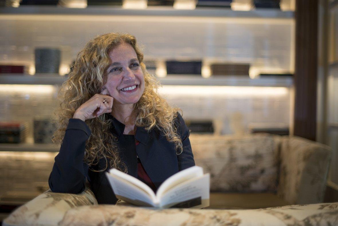La lingüista Estrella Montolío, con su libroTomar la palabra, ayer en Barcelona.