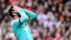 Lionel Messi se lamenta de la última oportunidad malograda ante el Valencia el sábado.