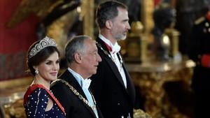 La reina Letizia, el presidente Marcelo Rebelo de Sousa y el rey Felipe.
