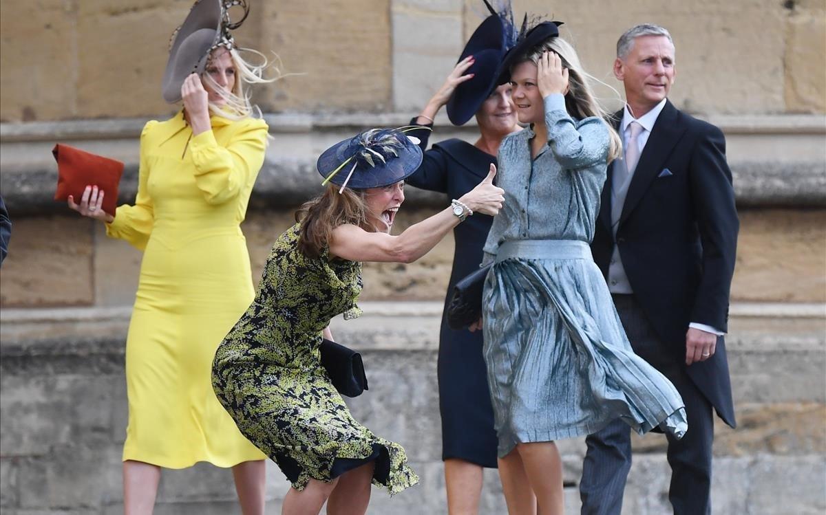 El viento ha jugado una mala pasada a algunos de los invitados.