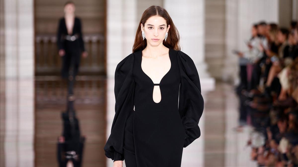Una modelo con un vestido de Victoria Beckham.