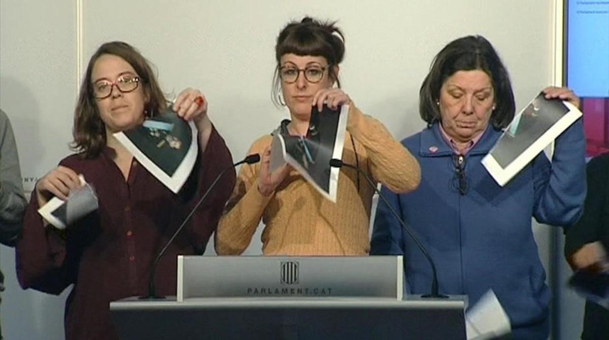 Diputadas de la CUP rompen fotografias del Rey en el Parlament.