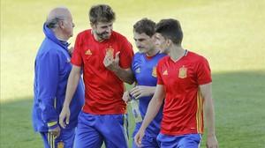 Bartra, Casillas y Piqué en una concentración de la selección junto al seleccionador Vicente del Bosque.