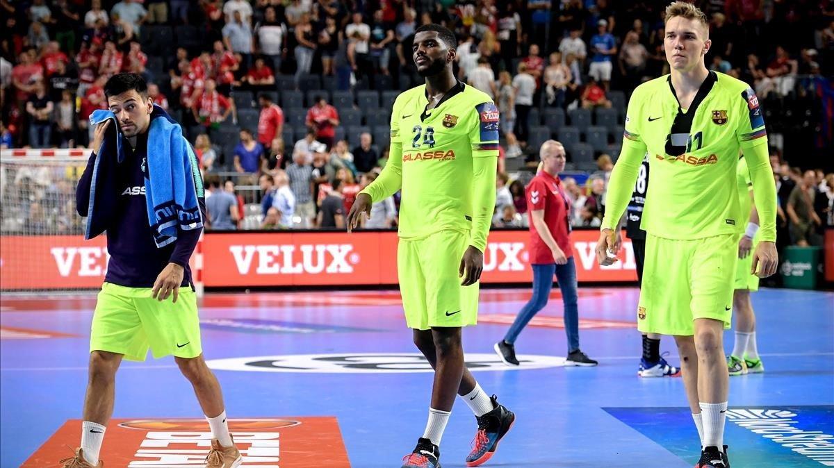 Los jugadores del Barça, cabizbajos tras la derrota contra el Vardar.