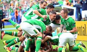 Los jugadores de la República de Irlanda celebran el gol de Hoolahan ante Suecia.
