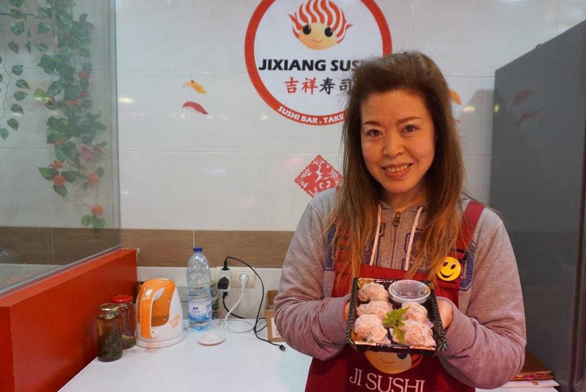 Lin Jixiang, copropietaria del puesto Jixiang Sushi, del mercado de la Llibertat.
