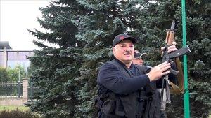 Lukashenko exhibe un rifle de asalto cerca del palacio presidencial.
