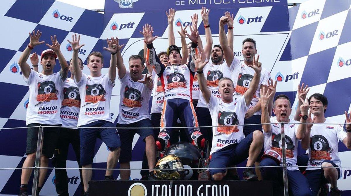Marc Márquez disfruta, en el podio de Buriram, con todo su equipo del octavo título conquistado.