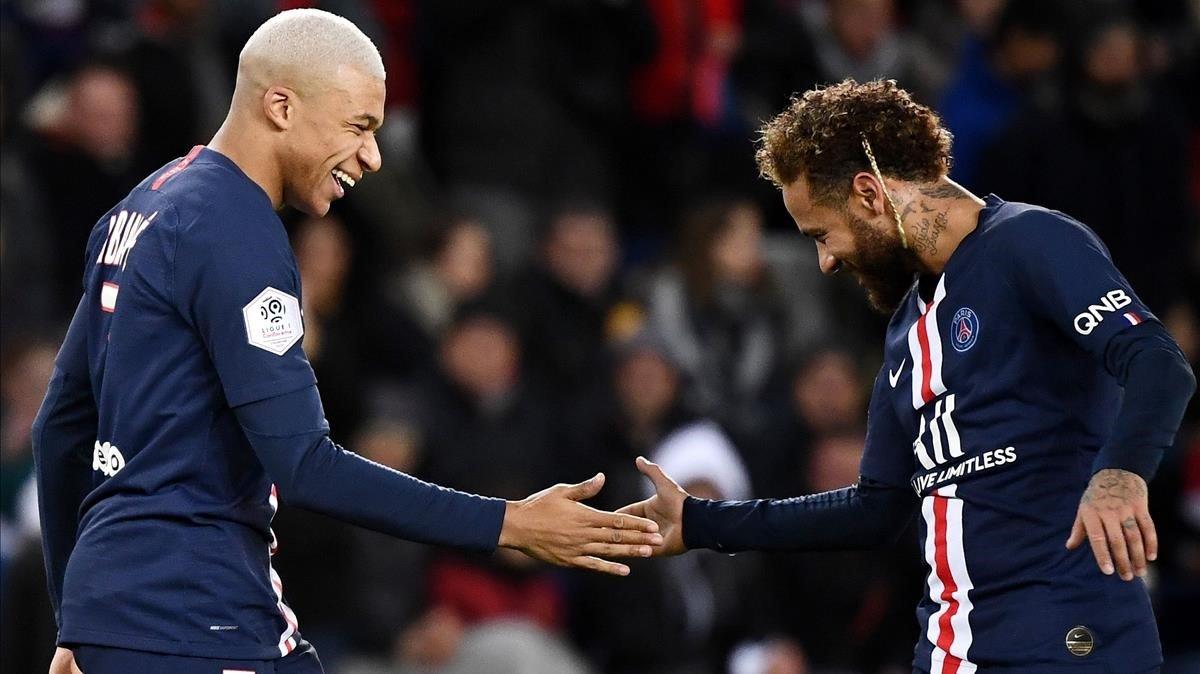 Mbappé felicita a Neymar tras marcar un gol al Amiens.