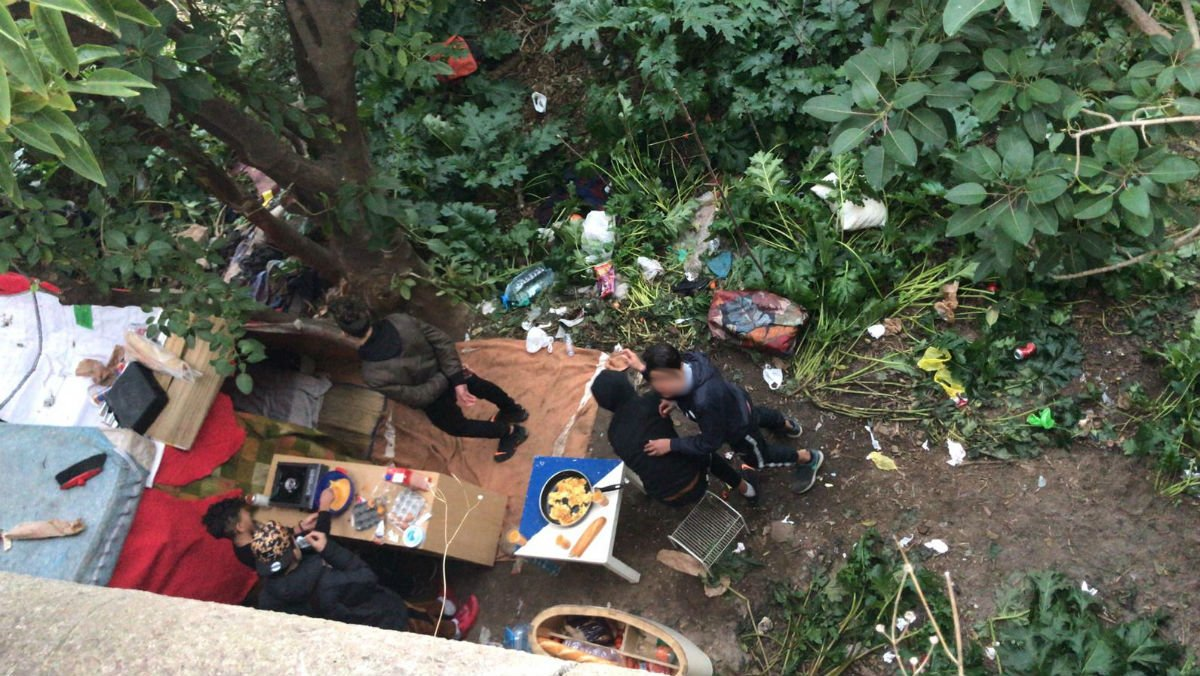 Nens migrants viuen acampats a la muntanya de Montjuïc de Barcelona