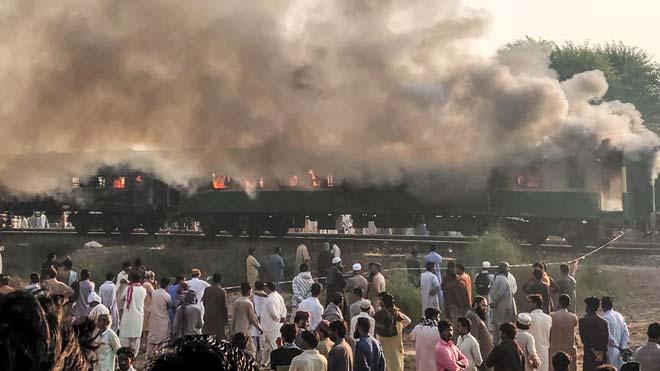 Al menos 65 personas murieron y otras 26 resultaron heridas este jueves por la explosión de una bombona de gas que unos pasajeros usaban para preparar el desayuno en un tren en el sur de Pakistán.