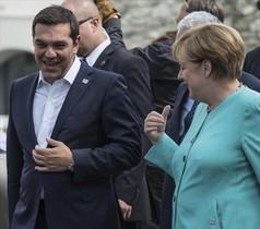 Merkel conversa con el primer ministro griego, Alexis Tsipras.
