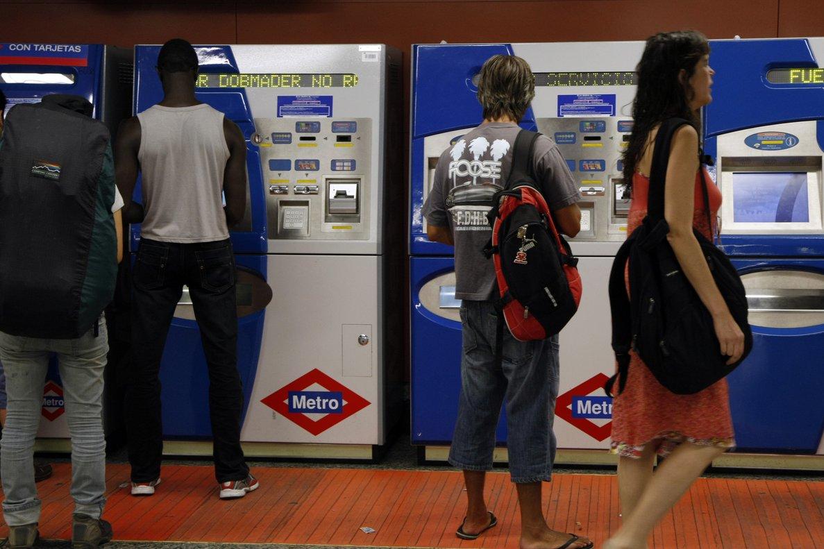 Pasajeros retirando billetes en las maquinarias de Metro de Madrid.