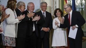 El ministro de Hacienda, Cristobal Montoro, junto a la vicepresidenta del Gobierno, Soraya Saenz de Santamaria, tras recibir el informe sobre financiación autonómica entregado por los expertos el 27 de julio.