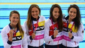 Mireia Belmonte, Melani Costa, Patricia Castro y Fátima Gallardo posan con la medalla de plata del relevo
