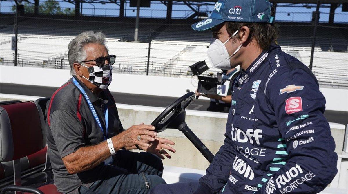 El mítico campeón norteamericano Mario Andretti conversa, en Indianápolis, con Fernando Alonso.