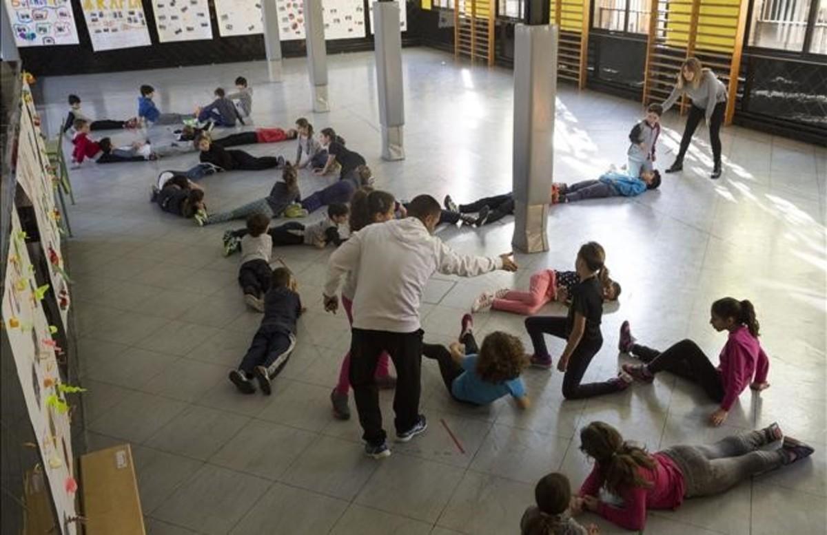 Clase de educación física con alumnos de tercero de primaria de los colegios Lanaspa y Crespinell de Terrassa.