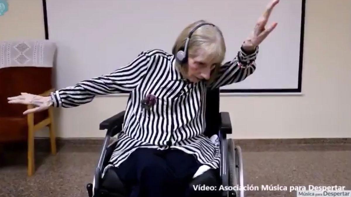 La música despierta la memoria de Marta pese al alzhéimer.