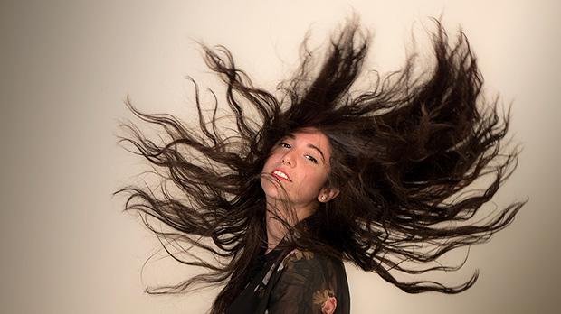 La cantante y compositora madrileña Bely Basarte interpreta No te quiero ver llorar.