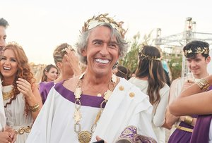 Steve Coogan interpreta al multimillonario empresario.