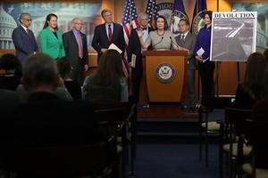 Nancy Pelosi y otros miembros del Partido Demócrata, ayer, en el Capitolio.