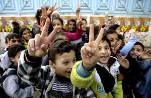 Niños palestinos del campo de refugiados de Ain el Helu, al sur del Líbano, a las afueras de la ciudad de Sidón, celebran la muerte de Sharon, este sábado.