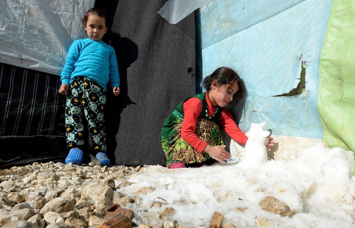 Una nina siria juega con la nieve en el exterior de su tienda de campana en el campo de refugiados sirios Qab Elias en el valle de Bekaaal este de Libano EFEWael Hamzeh