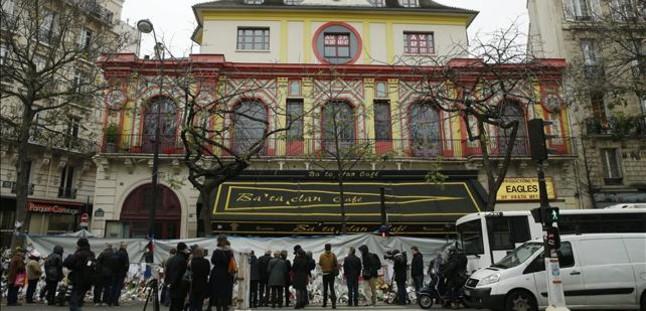 Numerosas personas se concentran frente a la sala Bataclan en un homenaje a las víctimas de los atentados, en París.