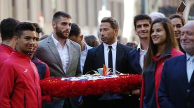 Ofrenes florals al monument de Rafael Casanova. A la foto, els jugadors del RCD Espanyol, entre altres, Tamudo. RICARD CUGAT