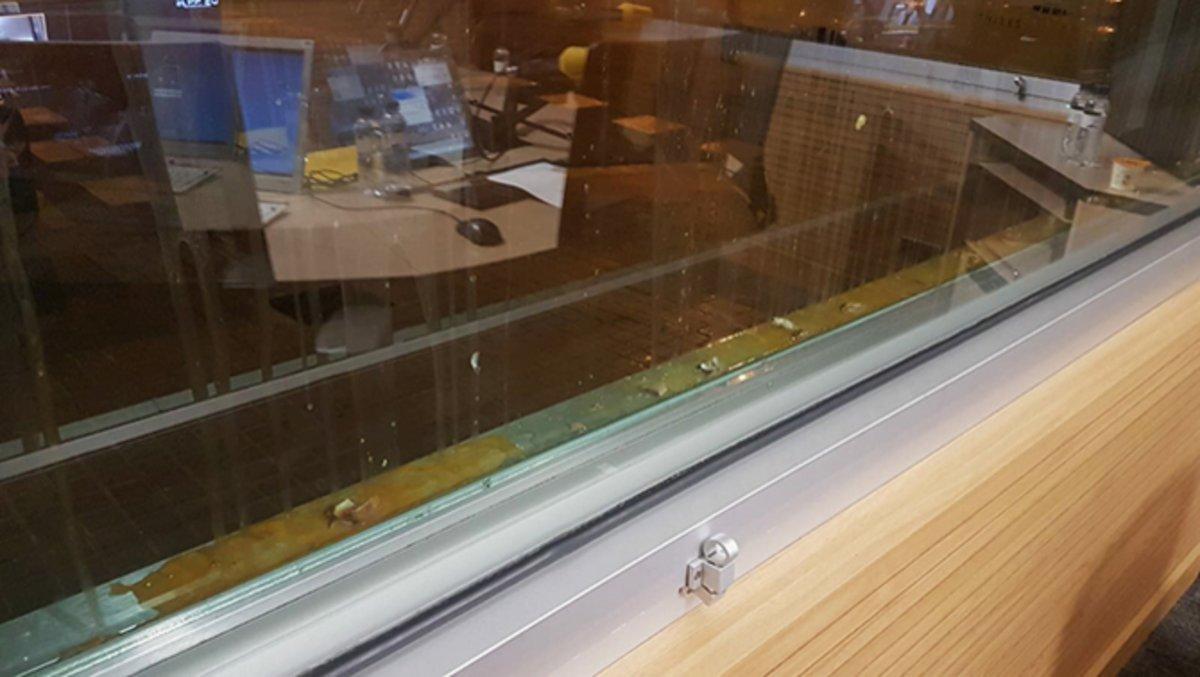 Cristales del estudio 1 de Catalunya Ràdio, tras el lanzamiento de huevos.
